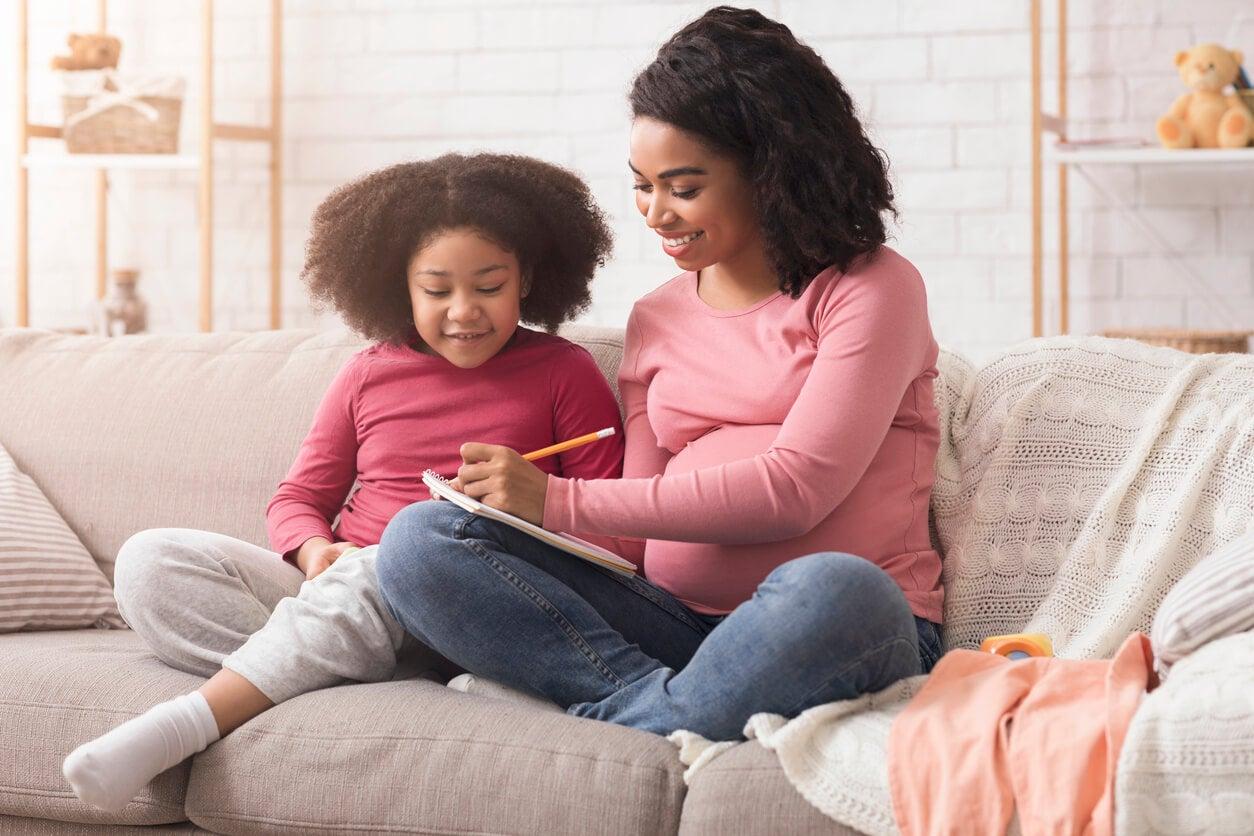 Une mère et sa fille sur un canapé.