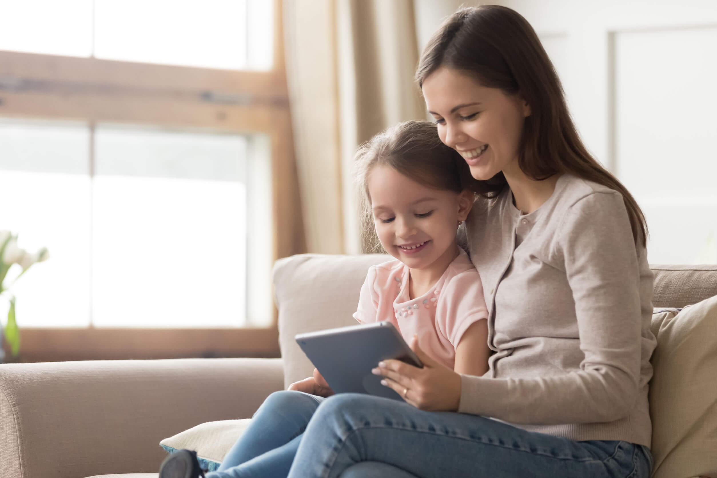 Madre e hija viendo canales educativos en YouTube.