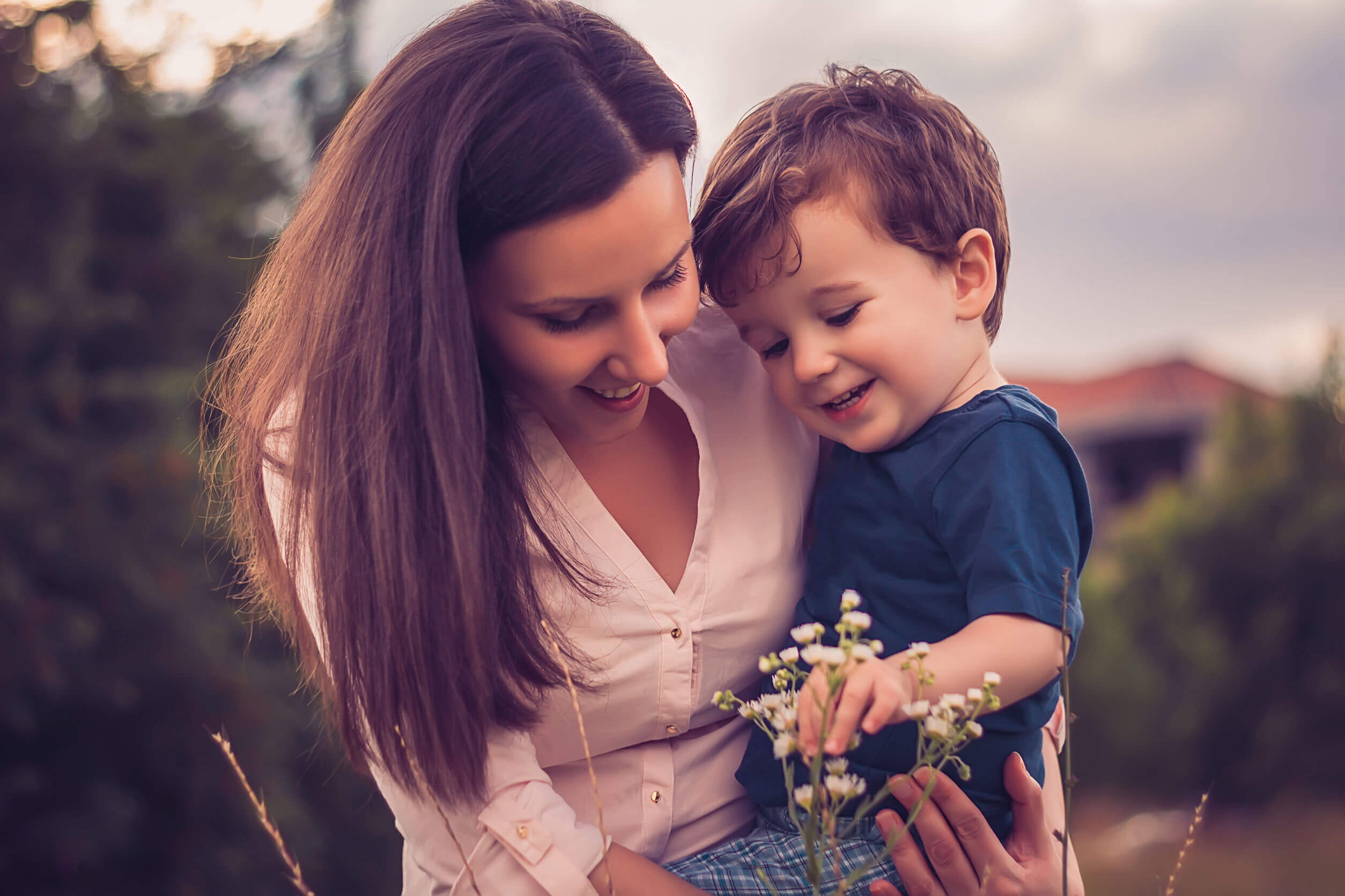 Madre con su hijo dando un paseo por el campo.