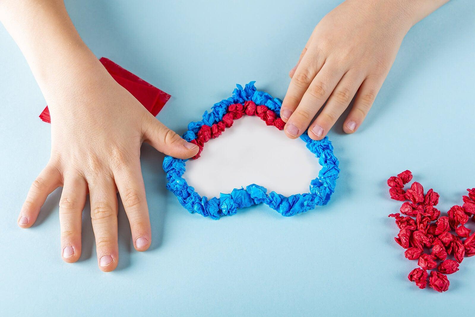 Corazón con texturas, una de las manualidades de San Valentín.