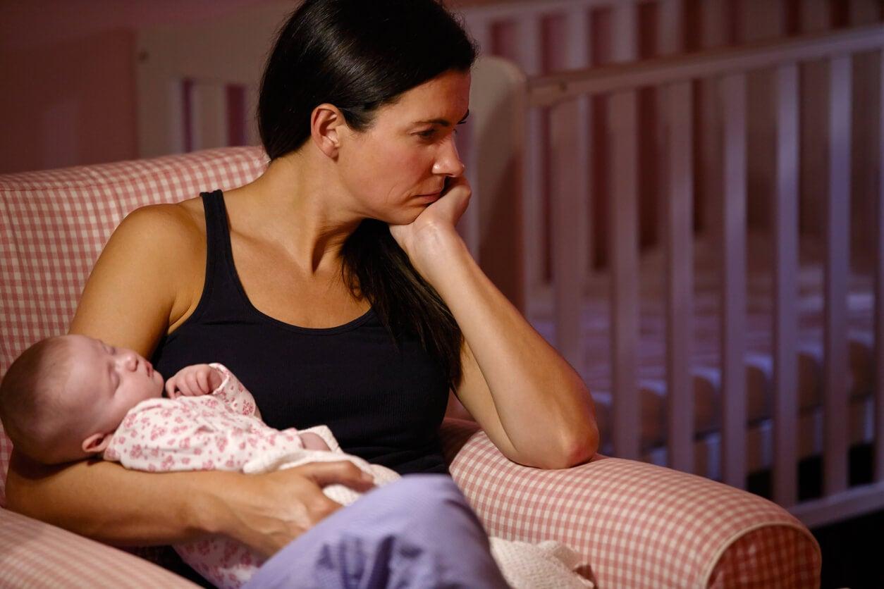 Mujer con depresión posparto con síntomas postnatales
