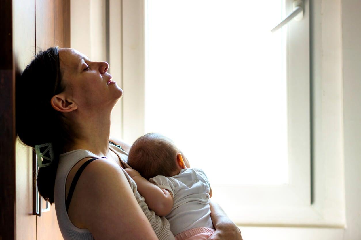 Mujer pensando en cómo afecta la depresión posparto a la lactancia materna.
