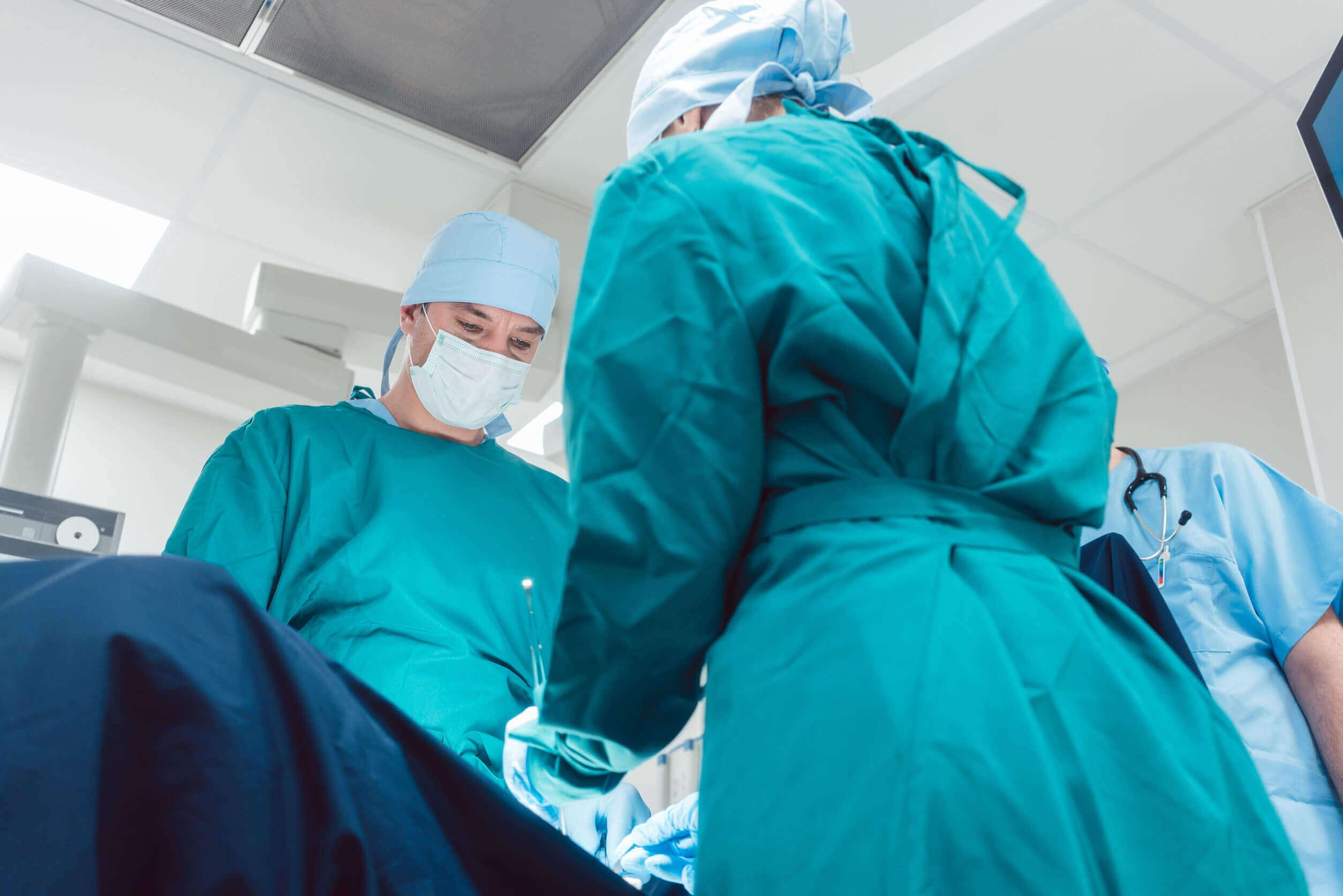 Intervention chirurgicale pour une césarienne.