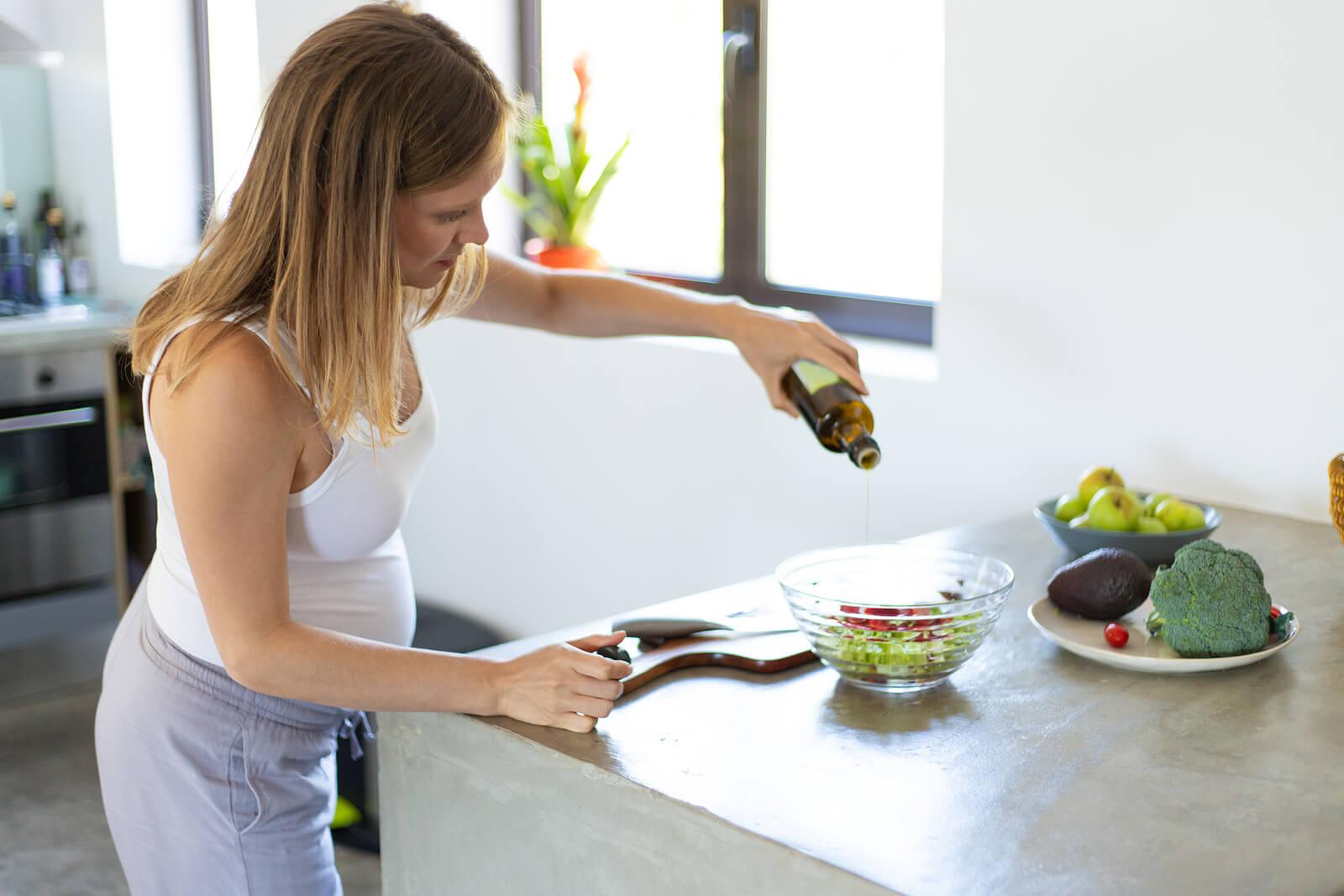 Donna che si prende cura della sua dieta in gravidanza.