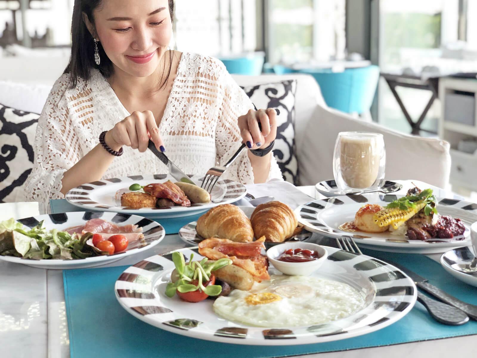 Mujer embarazada tomando huevos en el desayuno.