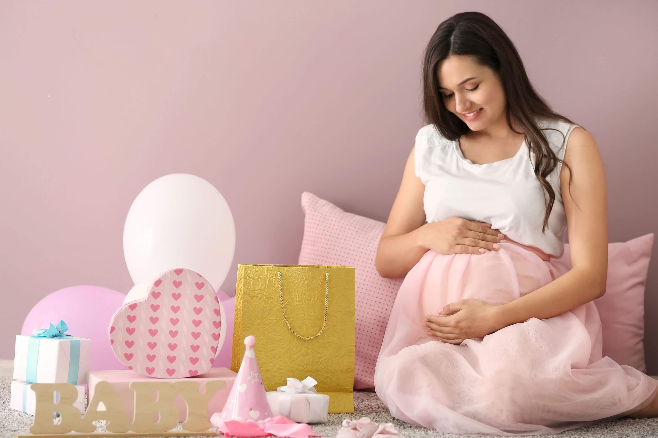 Mujer embarazada pensando en nombres de niña para su bebé.