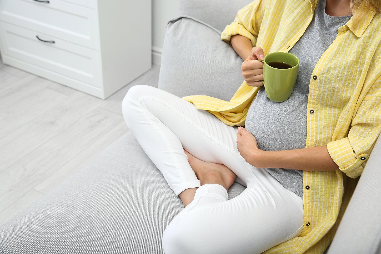 Mujer tomando una infusión de hinojo durante el embarazo.