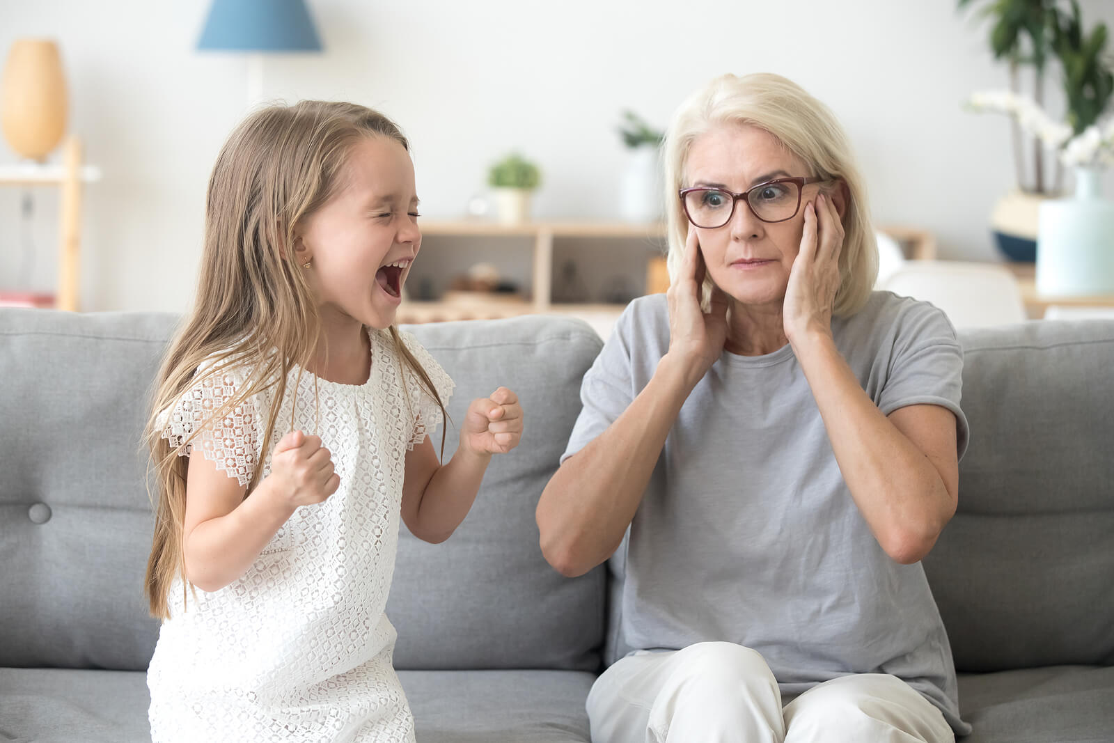 Niña gritándole a su abuela.