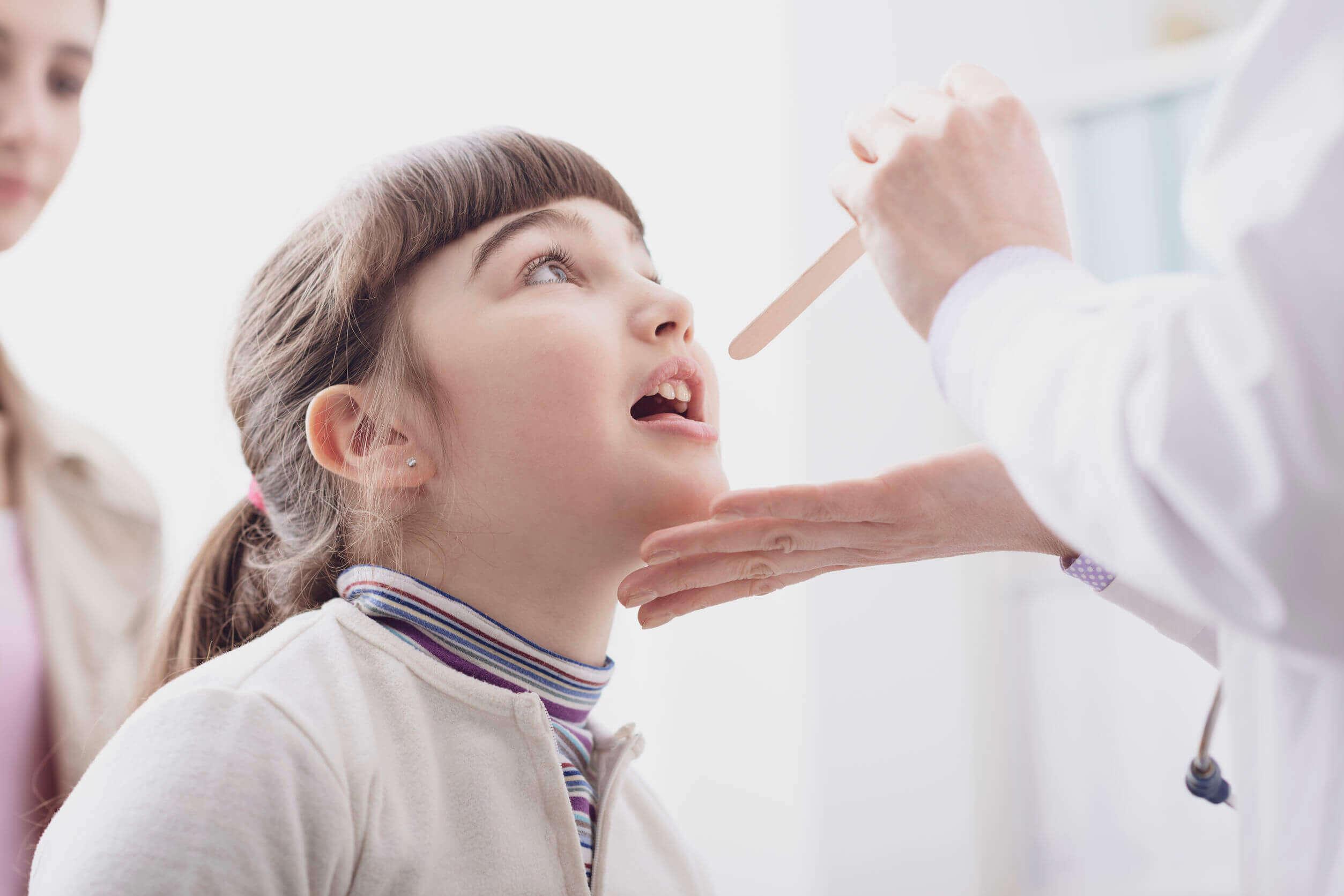 Niña en el pediatra porque tiene los ganglios inflamados.