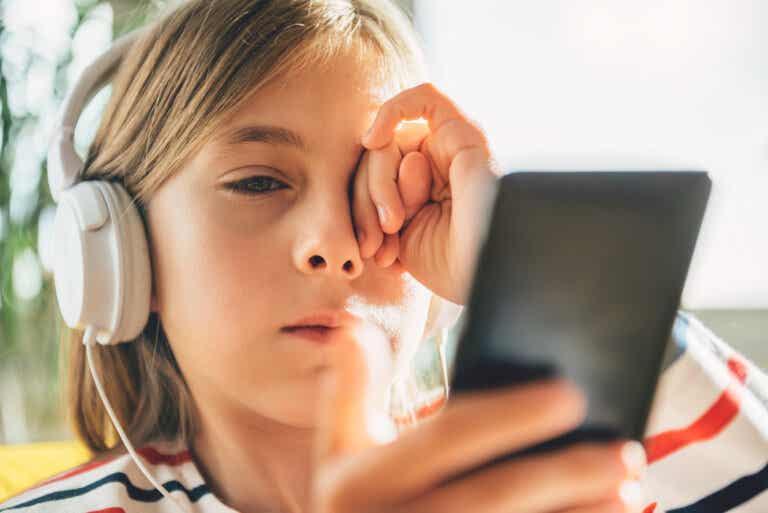 Estrés digital en niños y adolescentes: 3 pautas para gestionarlo
