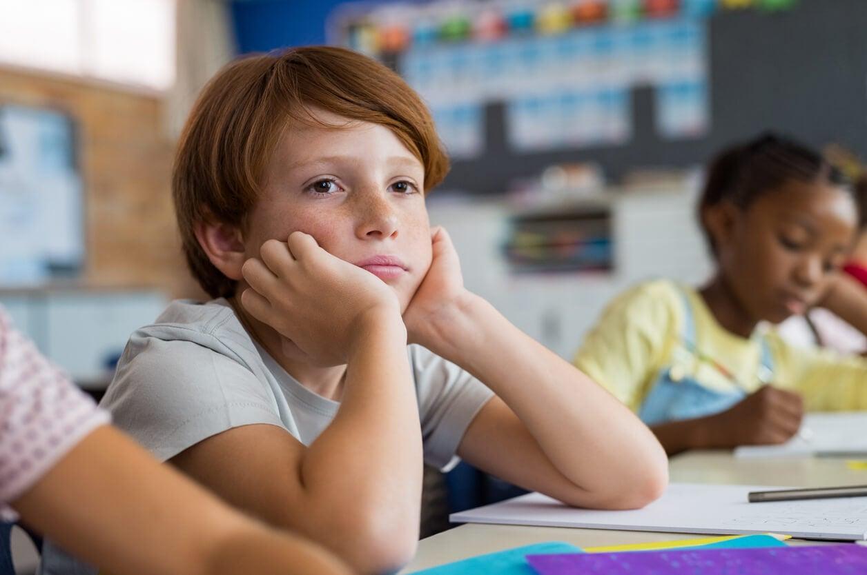 Niño que se aburre en la escuela.