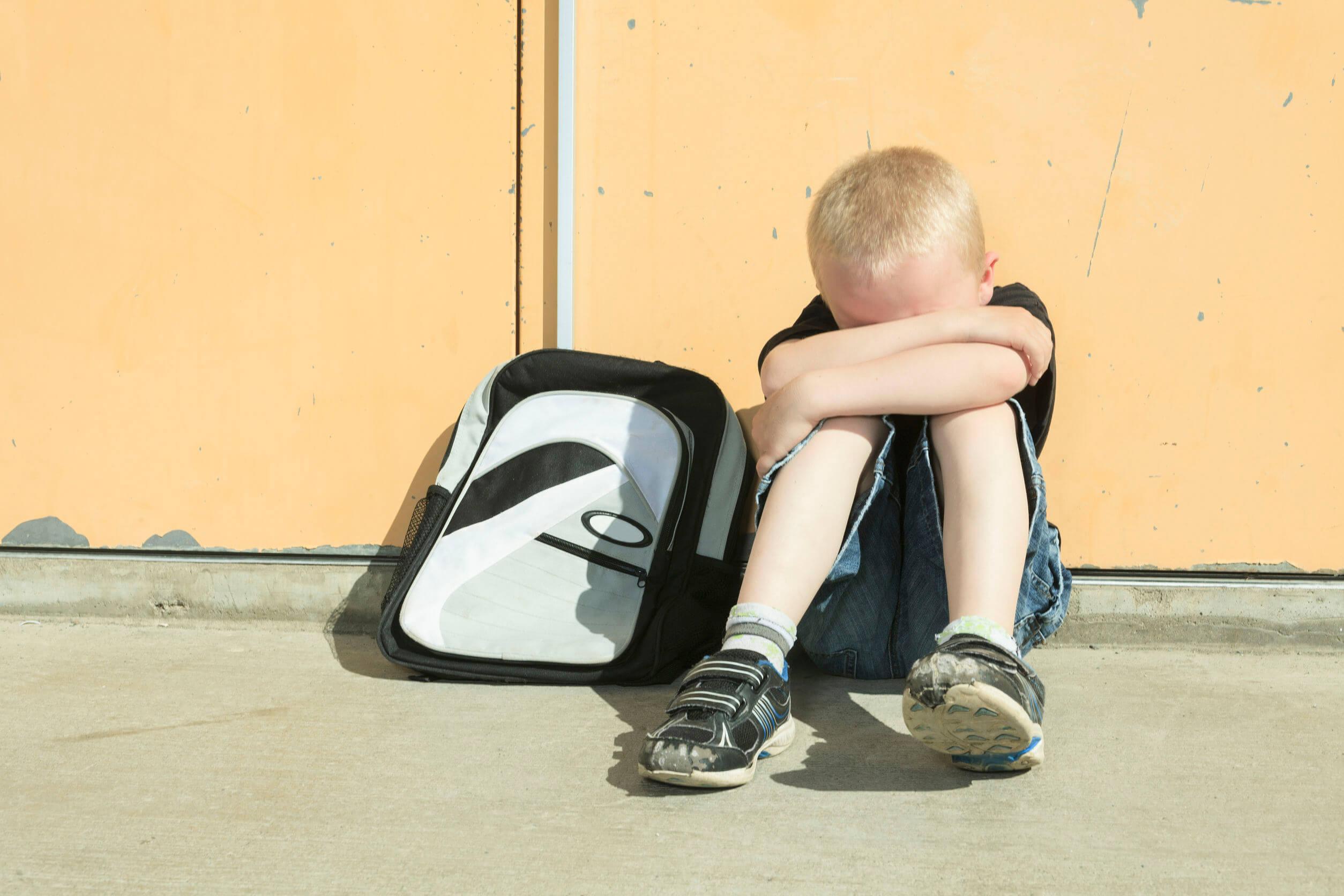 Niño sufriendo acoso en el deporte.
