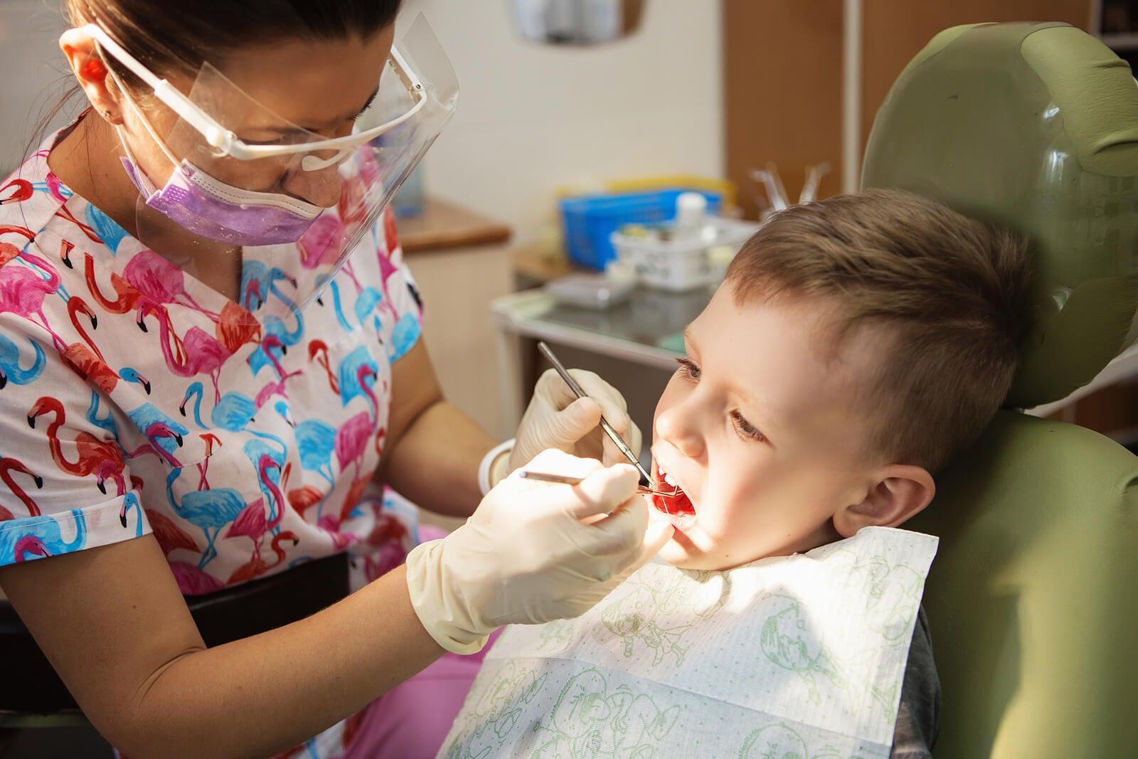 Niño en el dentista por maloclusión.