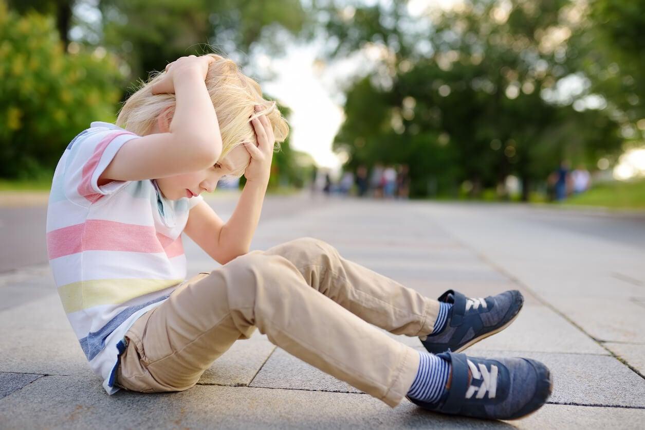 Niño con un golpe en la cabeza preparado para usar los trucos para curar los chichones en los niños.
