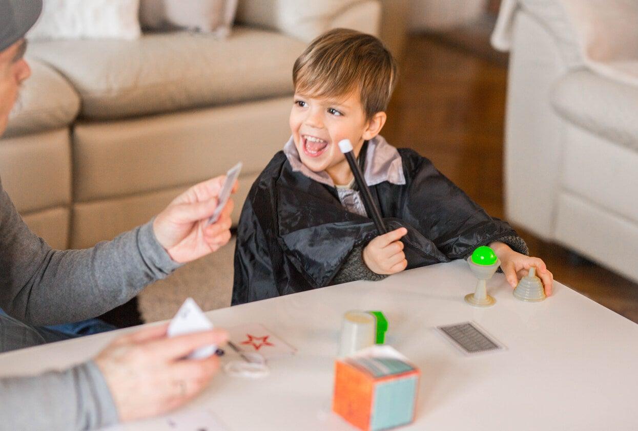 Niño practicando con juegos de magia.