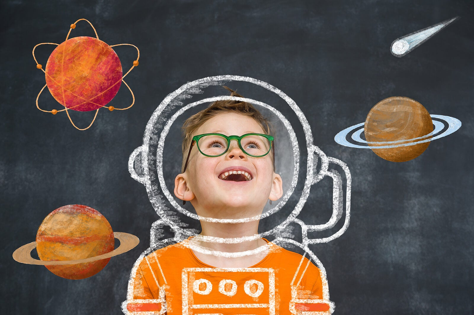Niño motivado en el cole para cumplir su sueño de ser astronauta.