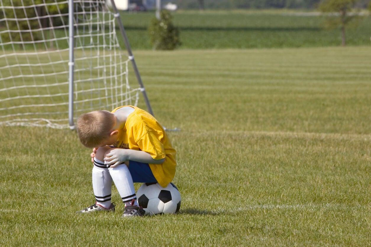 Niño frustrado por el deporte.
