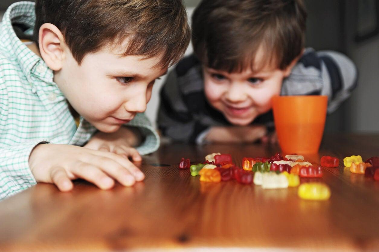 Niños haciendo el fruit snack challenge con chucherías.