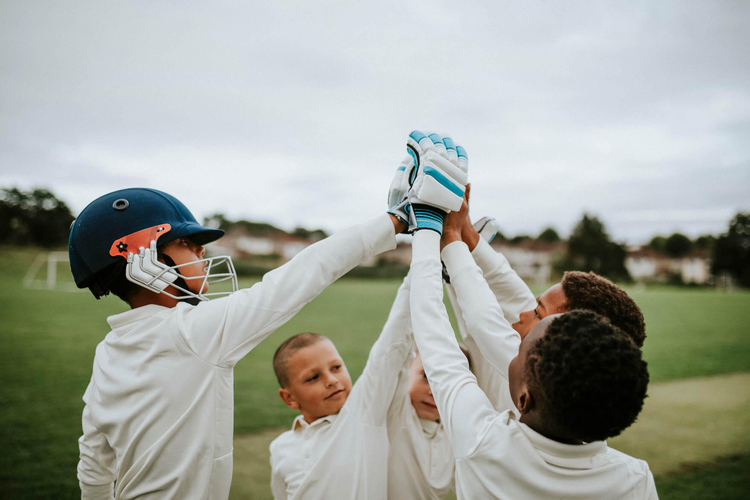 Niños aprendiendo empatía desde el deporte.