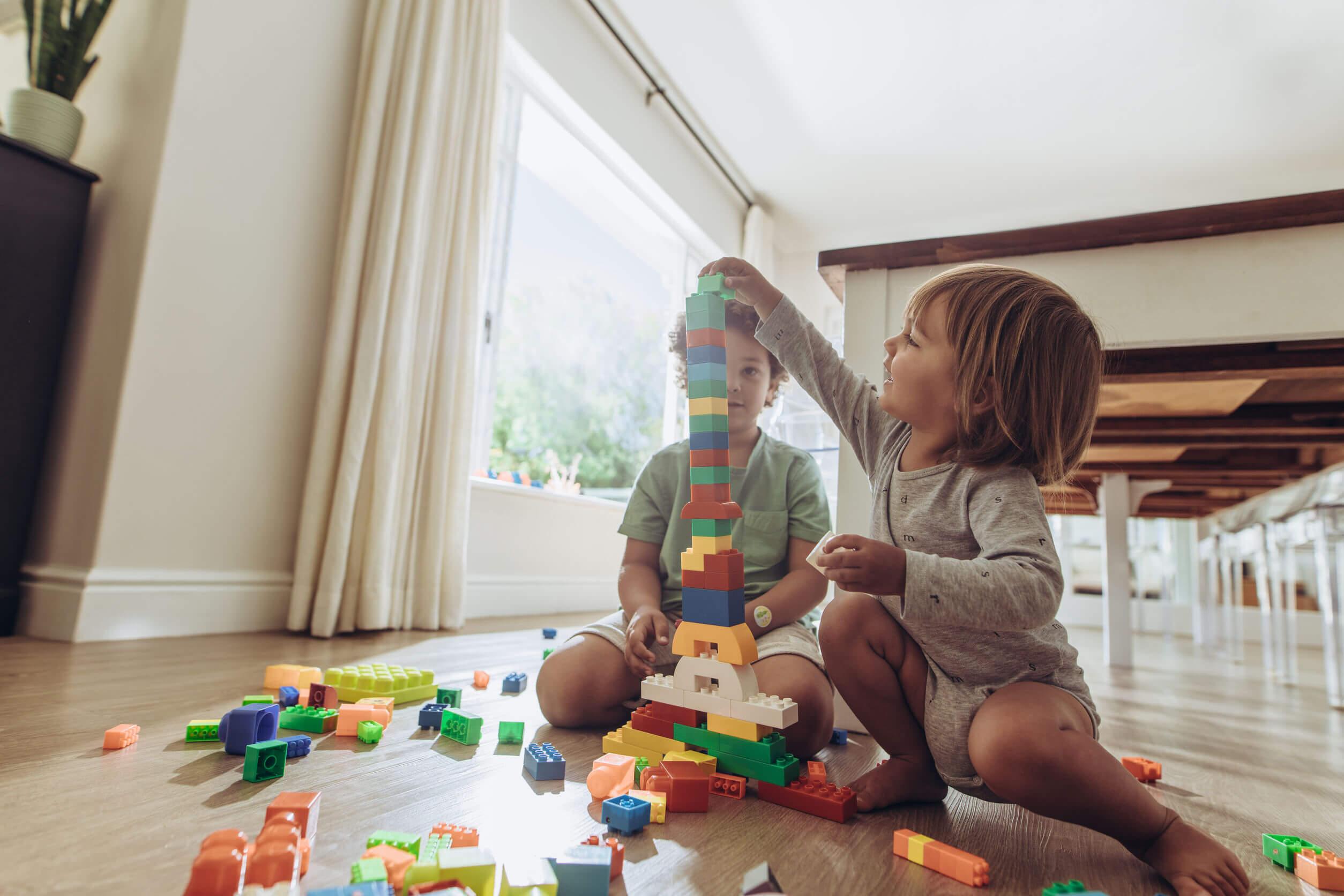 Des enfants qui jouent avec des pièces LEGO.