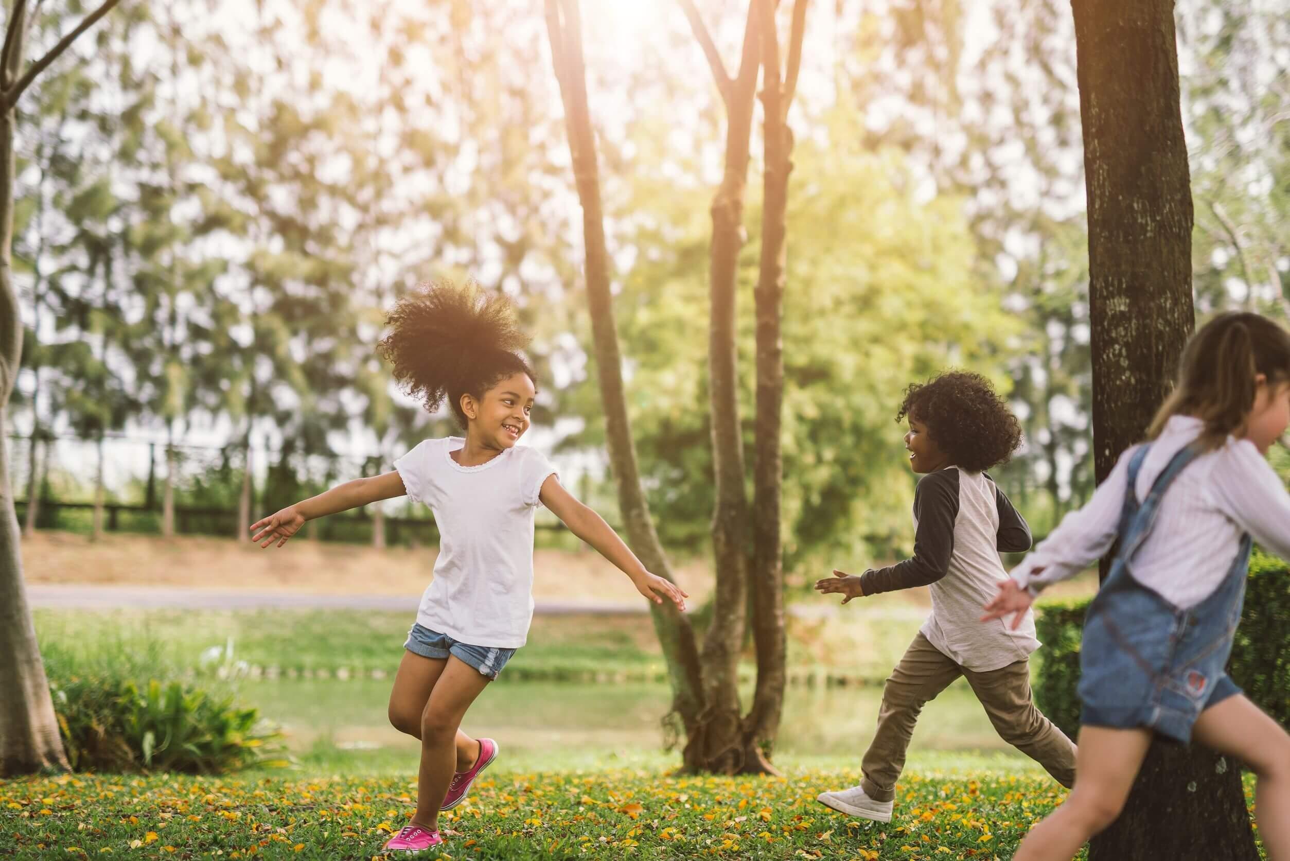 Niños disfrutando de juegos de exterior durante una fiesta infantil.