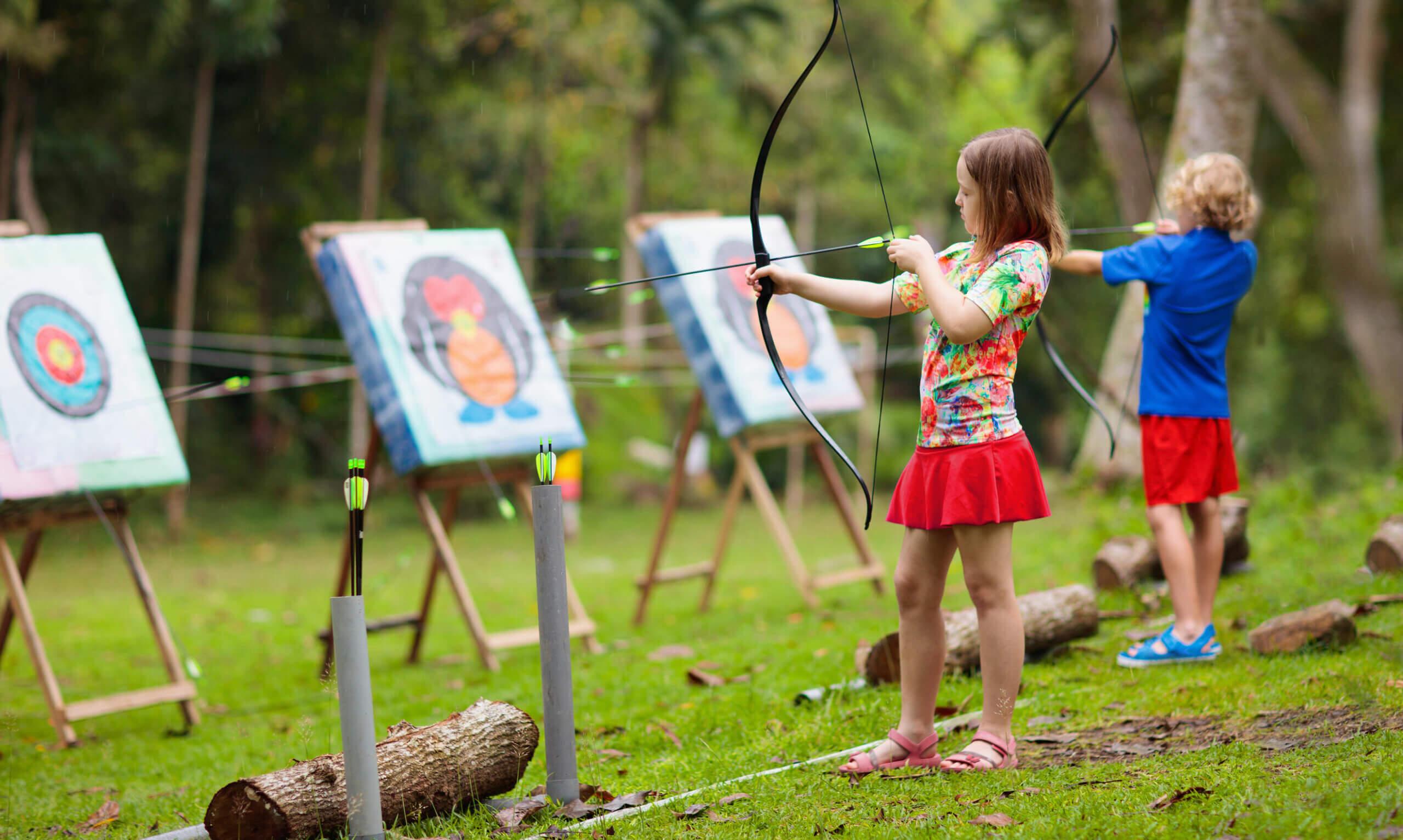 Niños practicando tiro con arco.