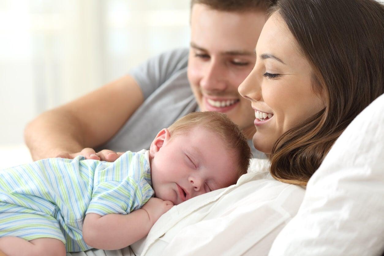 Padre felices con el apego con su bebé gracias al programa A.M.A.R.