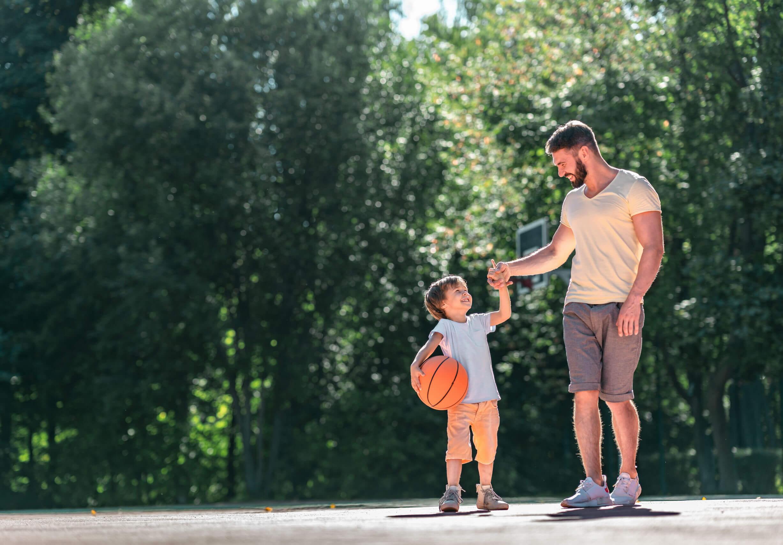 Padre e hijo practicando deporte juntos para fomentar la empatía.