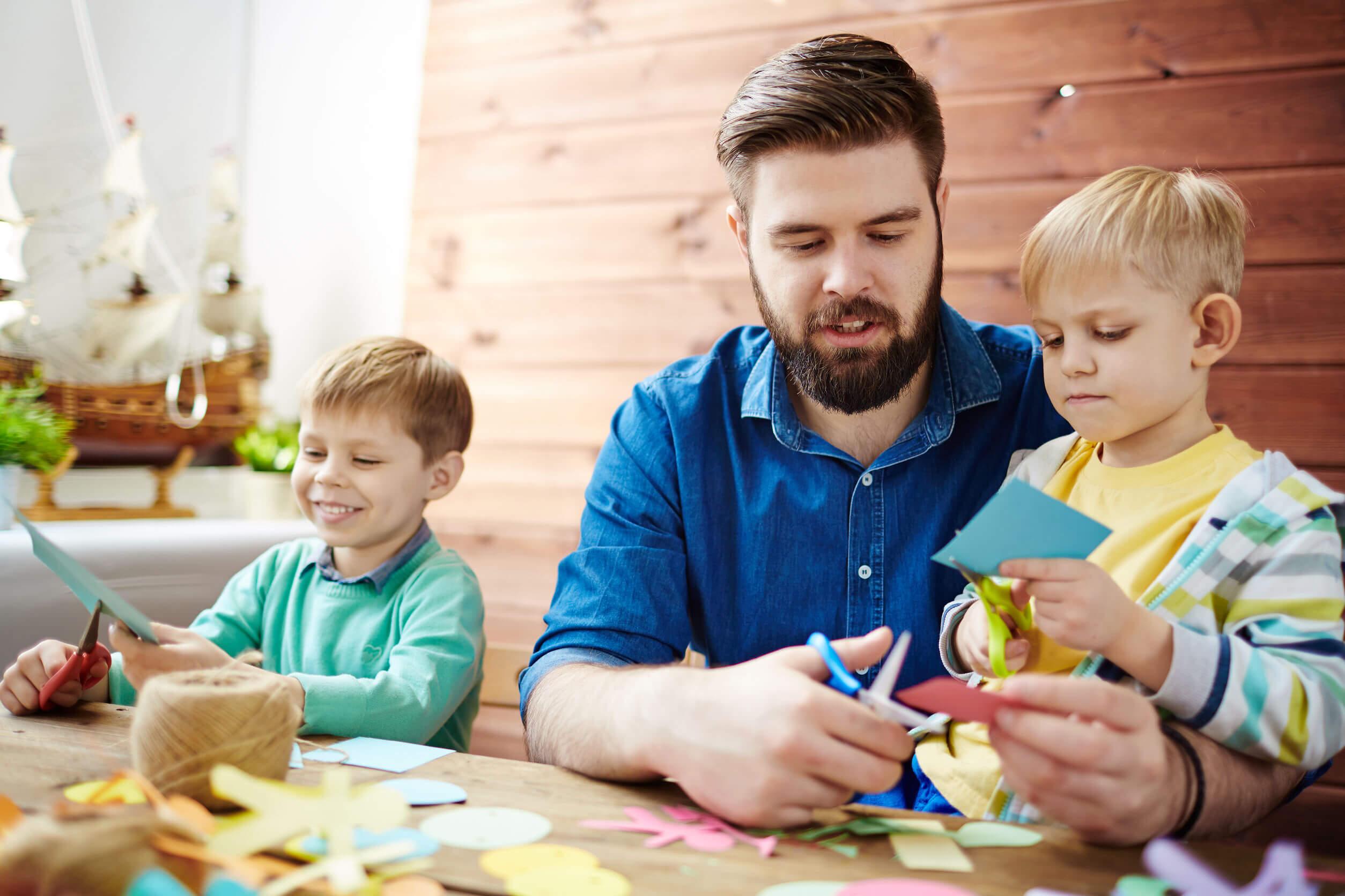 Padre haciendo un photocall con su hijos.