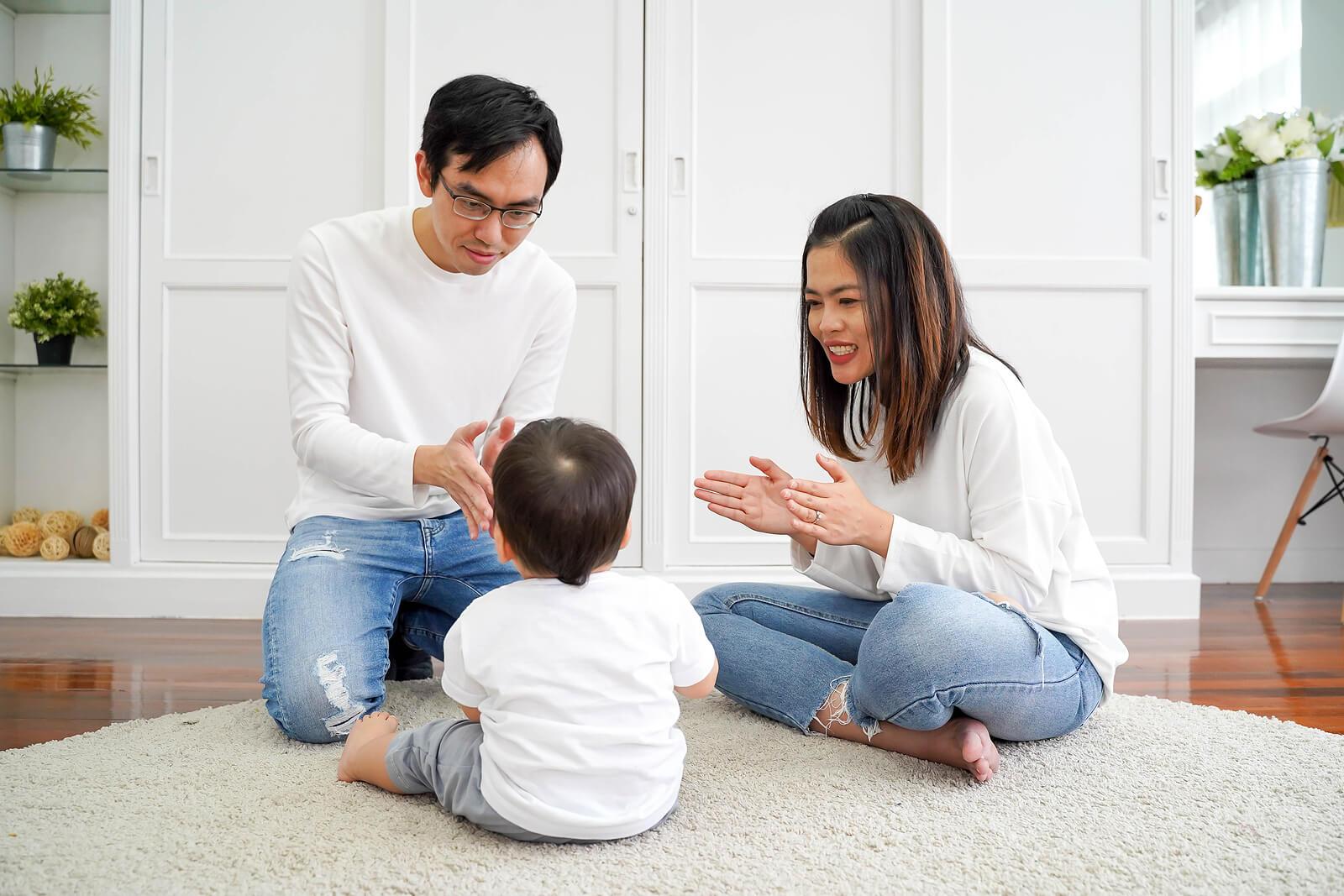 Padre jugando con su hijo para estimular el lenguaje en casa.