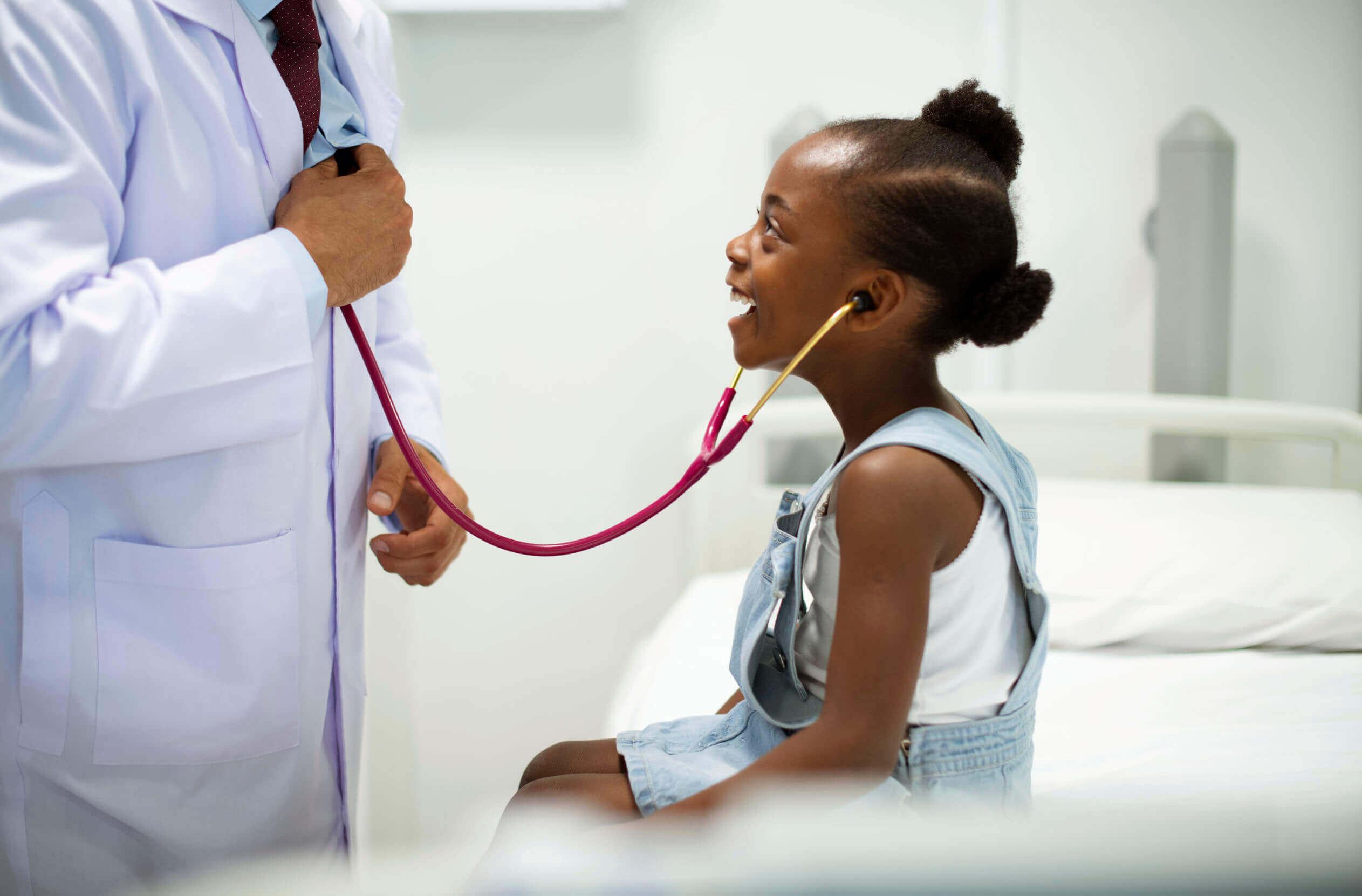 Niña en el pediatra.