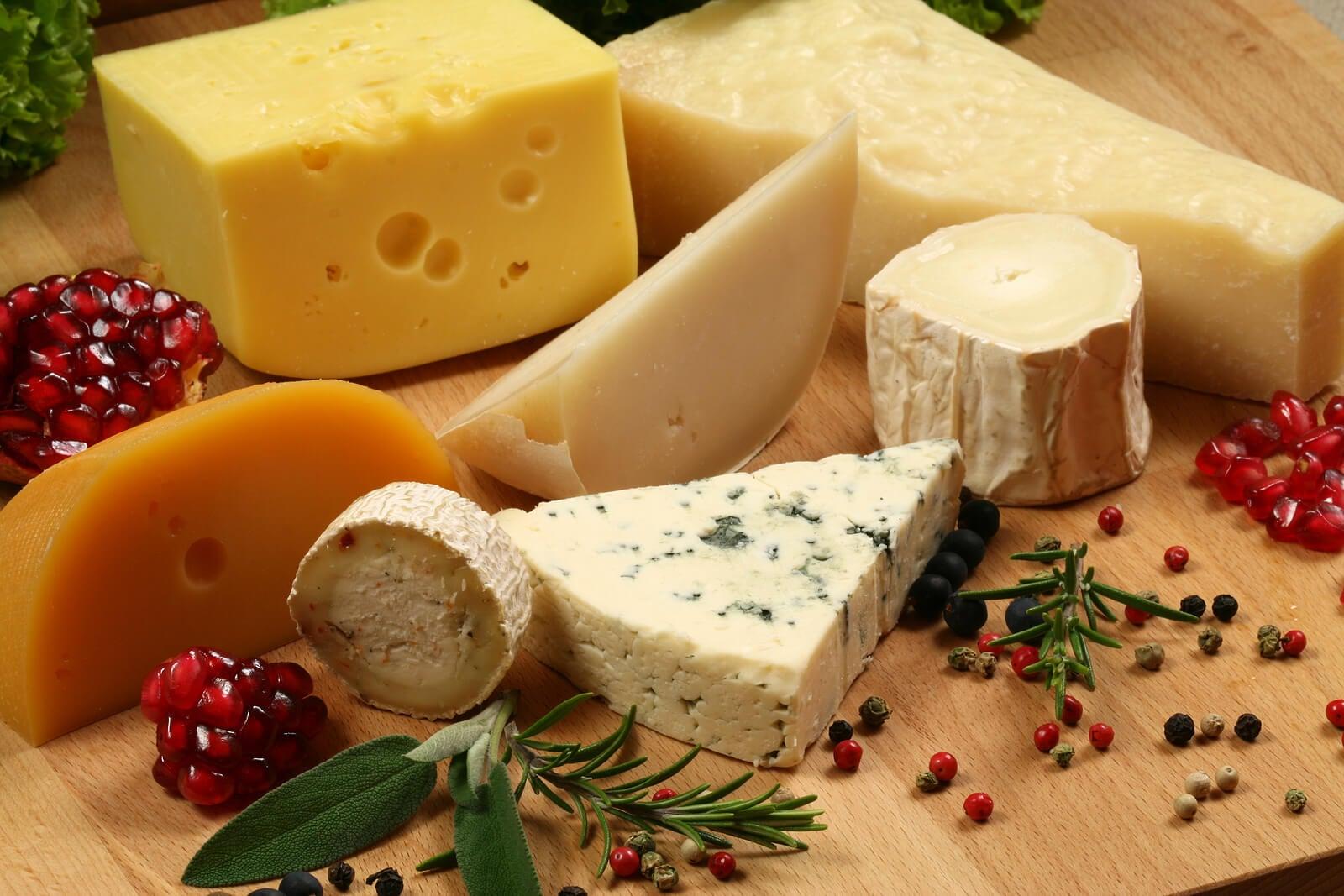 Algunos de los quesos que se pueden comer durante el embarazo.