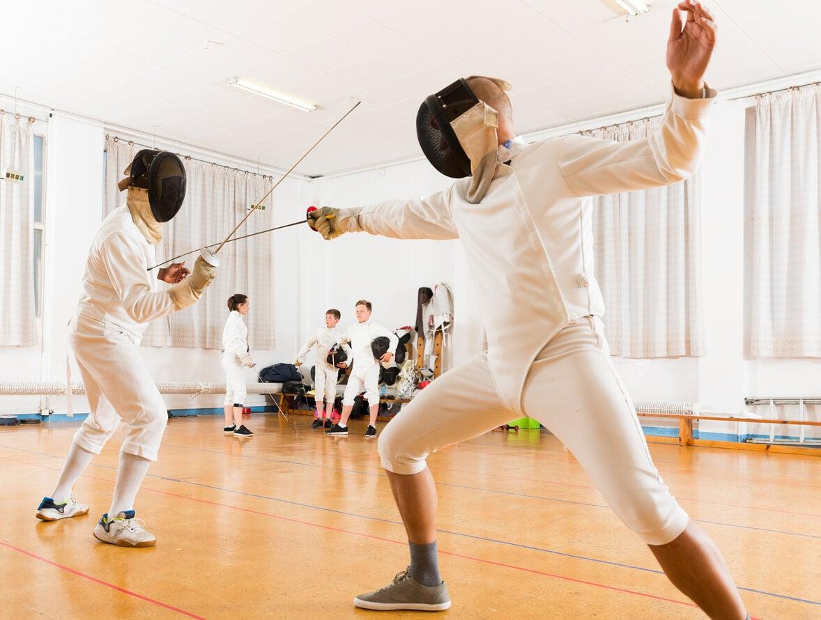 Chicos en esgrima para practicar deporte en la adolescencia.