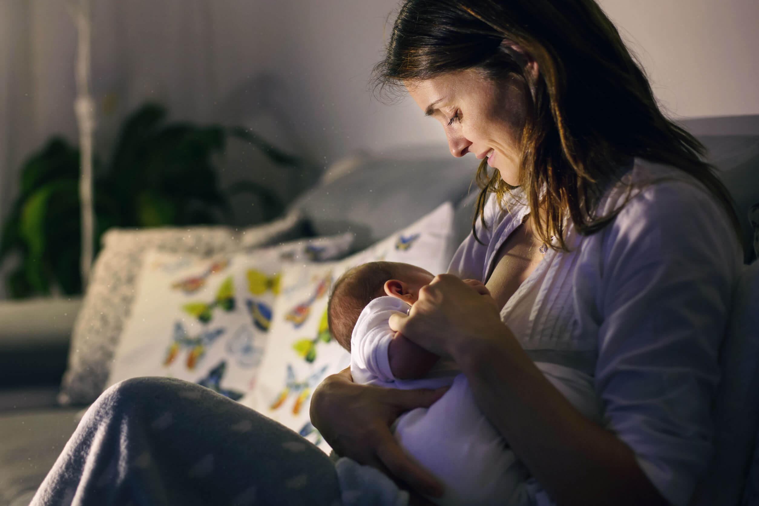Madre dando el pecho a su bebé.