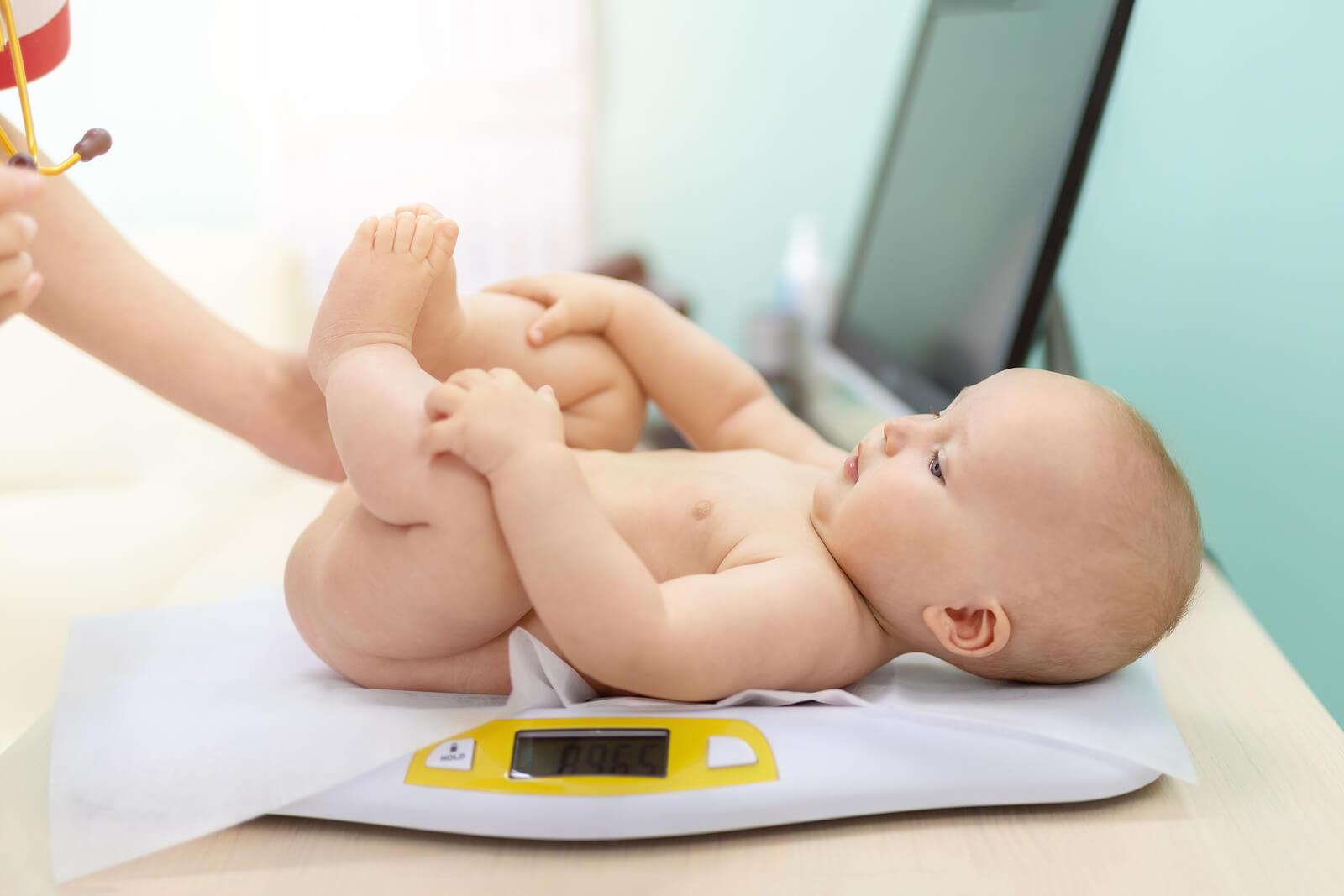 Bébé chez le pédiatre pour vérifier son poids et sa taille.