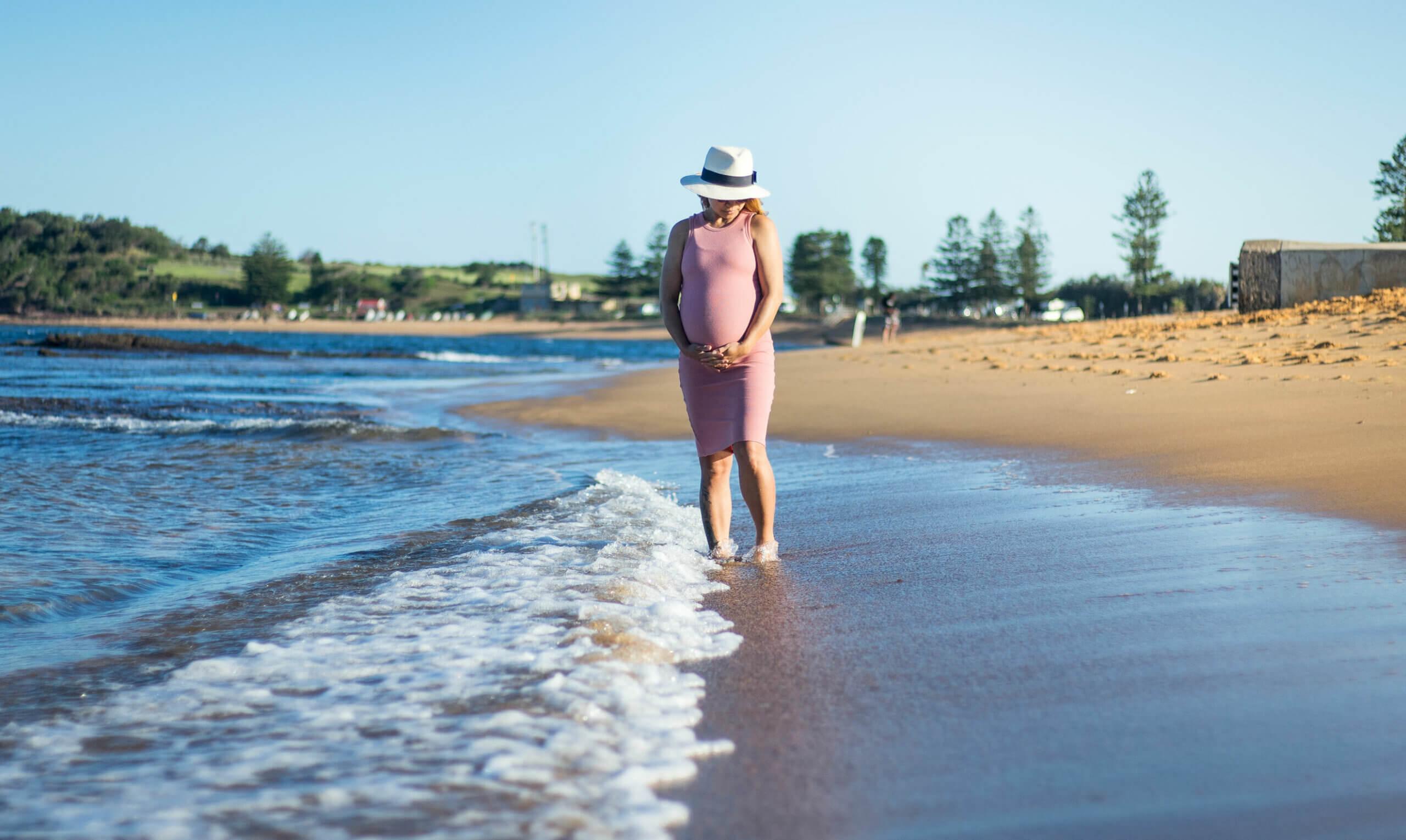La pubalgia en el embarazo suele empeorar al caminar.