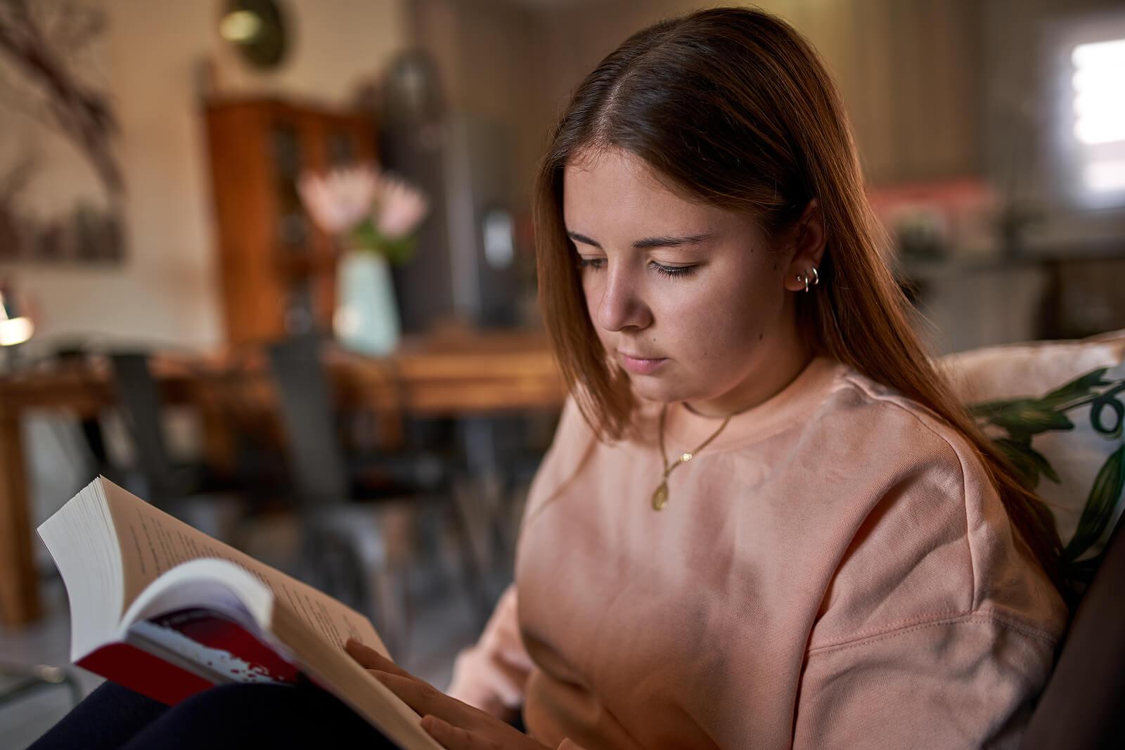 Adolescente leyendo.