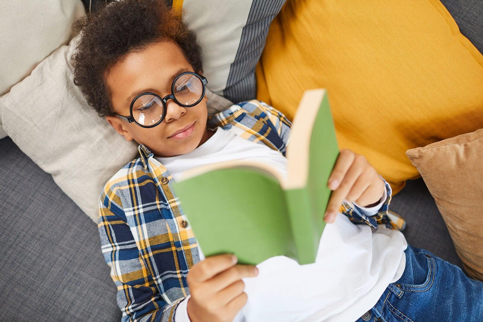 Chico adolescente leyendo.