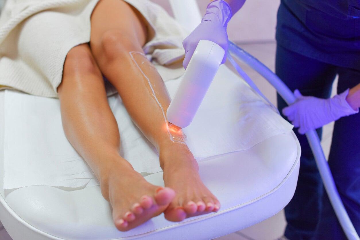 Adolescentes haciéndose la depilación láser en las piernas.