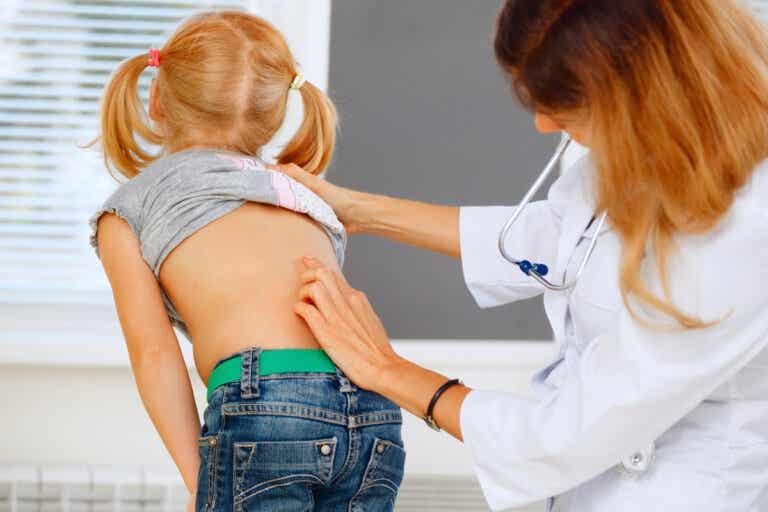 Dolor de espalda en niños: qué hacer (y qué no)