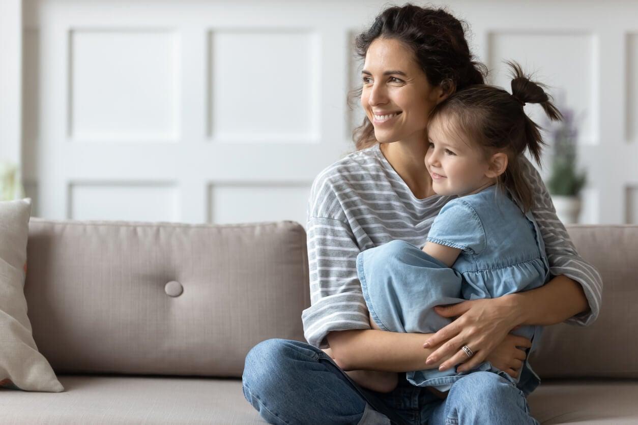 Madre explicándole a sus hijas las frases de psicología positiva.