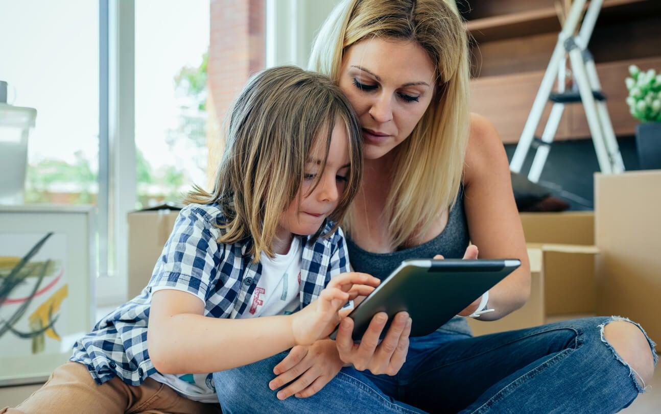 Madre explicándole a su hijo que tiene puesto el control parental en la tablet.
