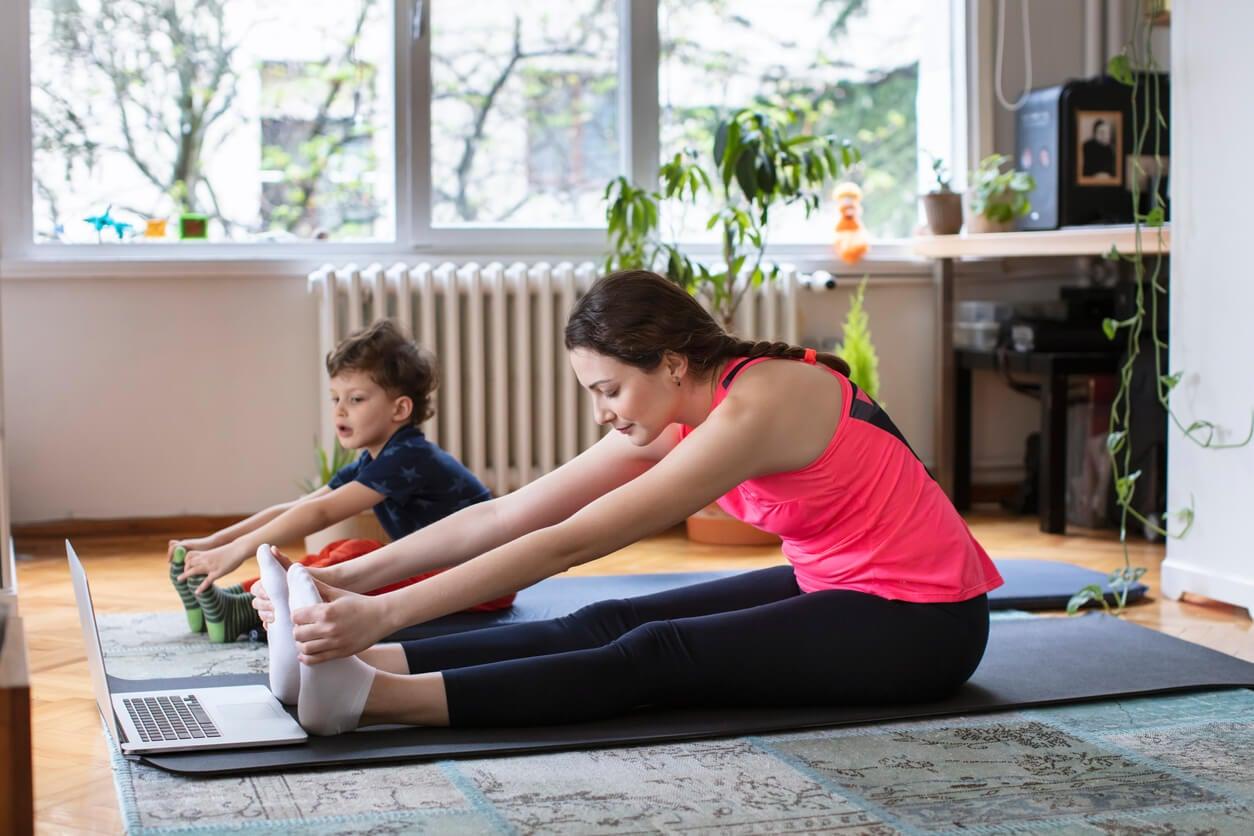 Madre e hijo haciendo ejercicio en casa.