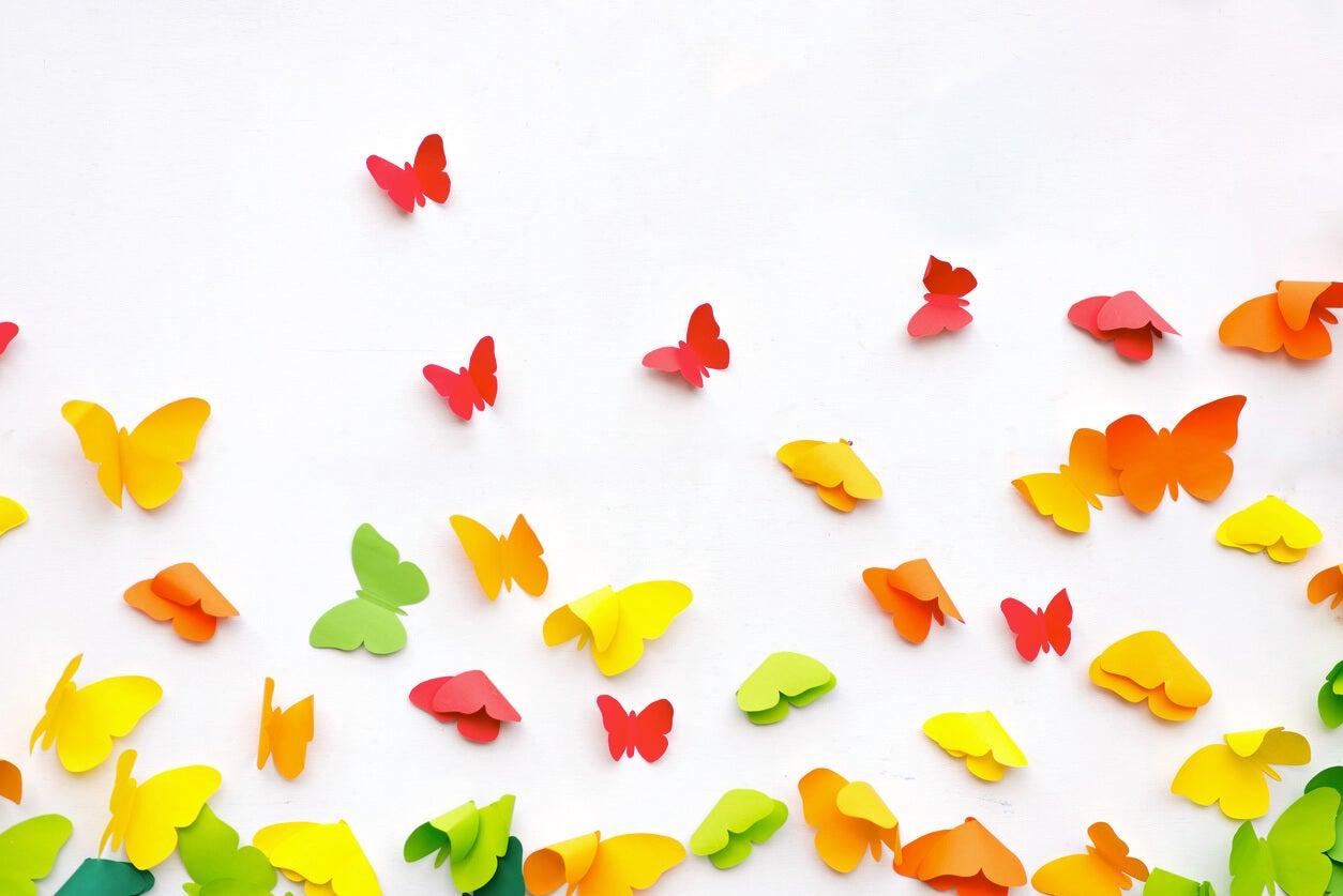 Mariposas de colores, una de las manualidades de papel para niños.