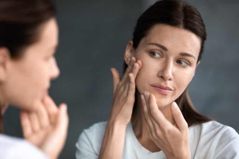 ¿Cómo influyen los cambios hormonales en la piel tras el parto?