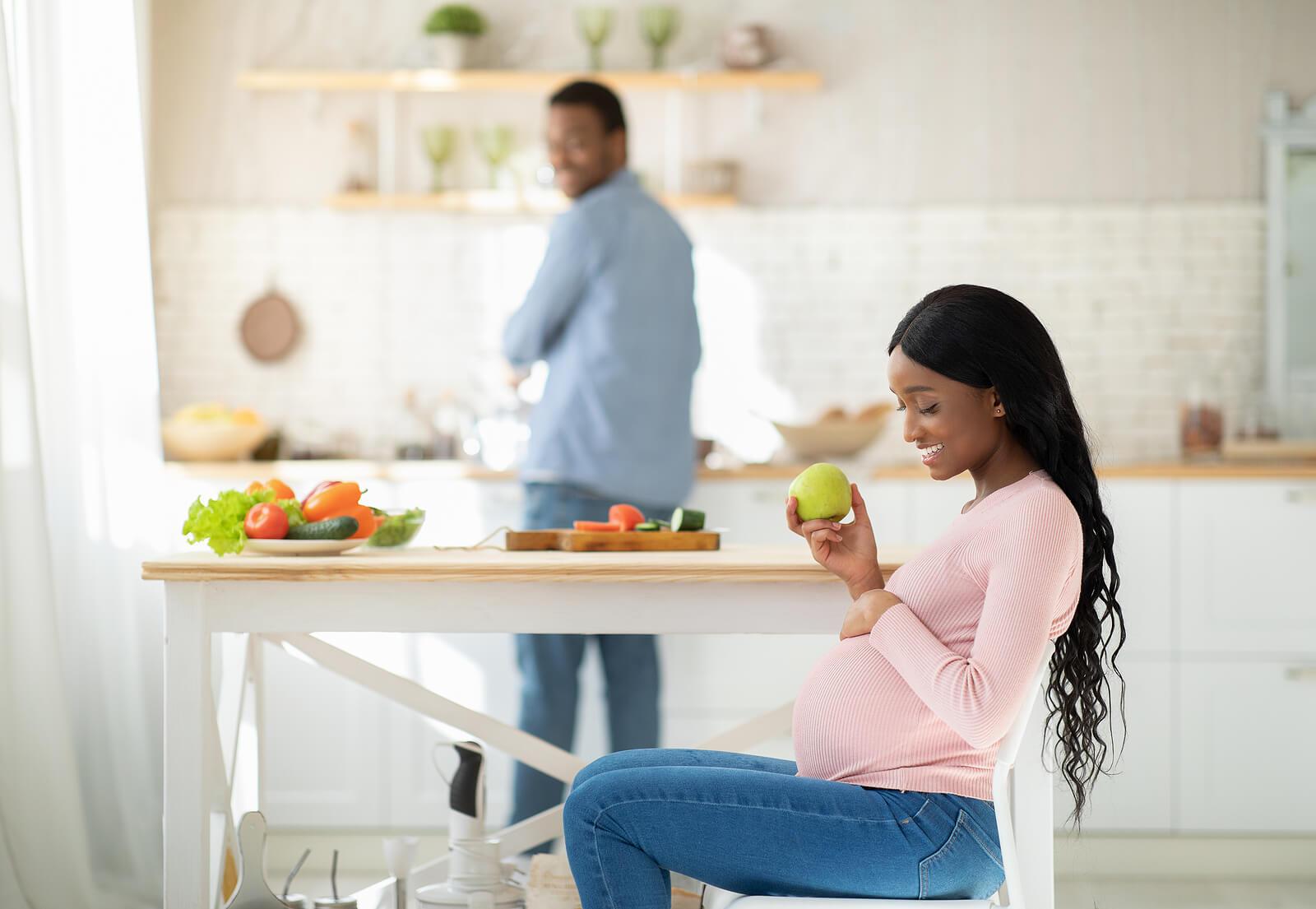 Mujer embarazada llevando una alimentación saludable con un buen aporte de vitamina K.