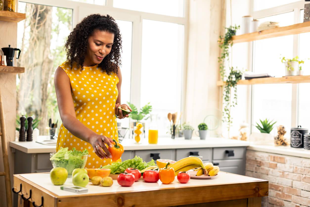 Mujer aprendiendo a comer bien durante el segundo trimestre del embarazo.