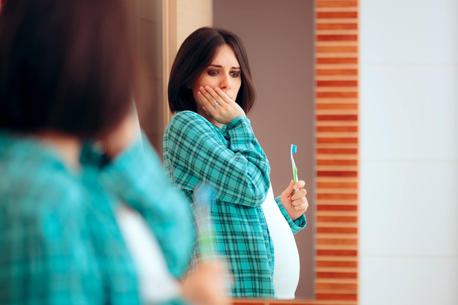 Mujer con encías que sangran durante el embarazo.