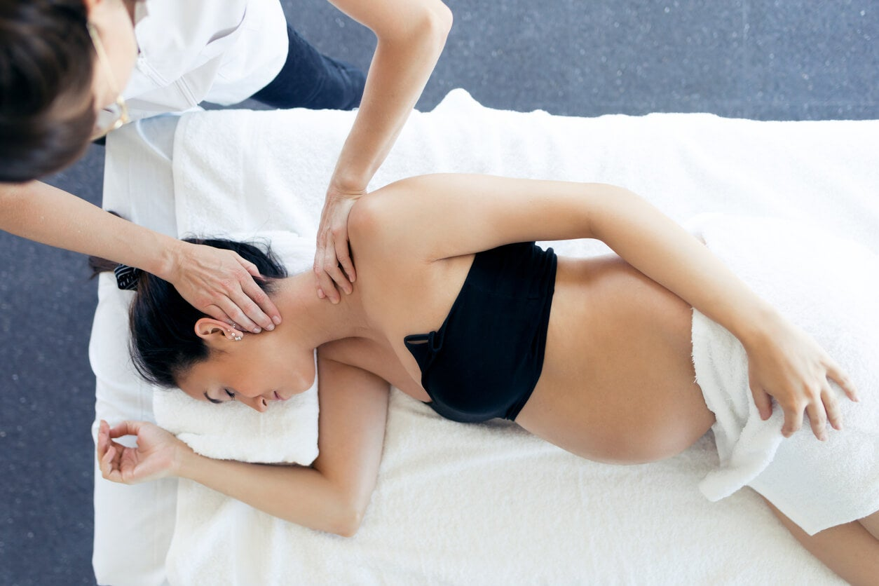 Mulher recebendo massagem durante a gravidez.