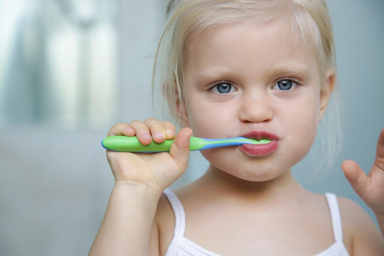 Niña cepillándose los dientes.